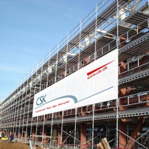 Banner til stillads - Banner med print - Stilladsbanner - byggepladsbanner - Stort banner - facadereklamer